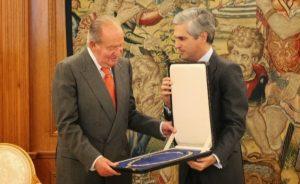 Adolfo Suárez Illana devuelve el collar del Toisón de oro al Rey de España