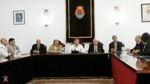 El Alcalde de Valencia de Alcántara en Cáceres recibe a la Hermandad Nacional Monárquica de España en el Salón de Plenos