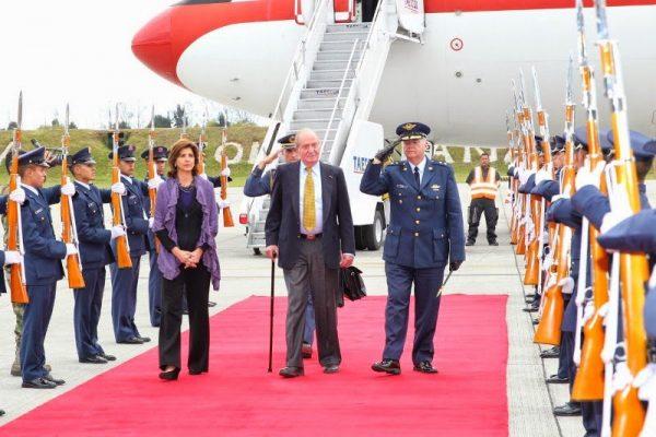 El Rey Juan Carlos representa a España y al Rey Felipe VI en los actos de toma de posesión del Presidente de la República de Colombia