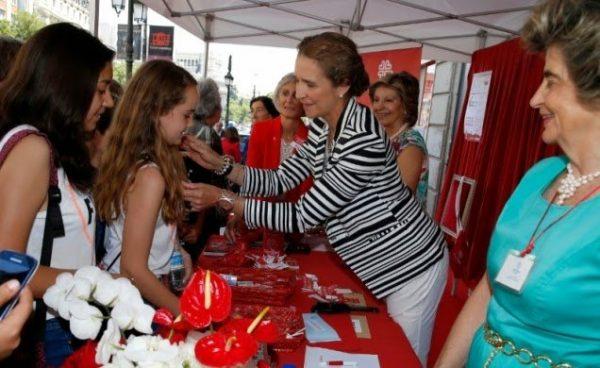 La Infanta Elena preside una mesa de cuestación en el Día de la Caridad de Cáritas