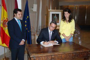 Libro de Firmas de reconocimiento al trabajo desarrollado por el Rey Juan Carlos I