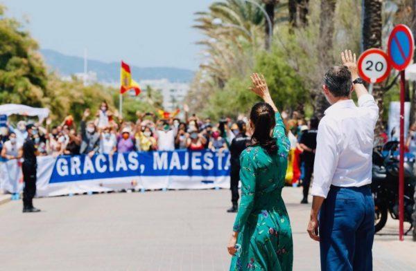 Miembros de la Hermandad Nacional Monárquica de España en Baleares muestran su apoyo a SM Los Reyes en Palma