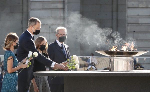 Sus Majestades los Reyes, junto a sus hijas Sus Altezas Reales la Princesa de Asturias y la Infanta Doña Sofía, presidieron el acto de homenaje a las víctimas de Covid-19 y de reconocimiento a la sociedad