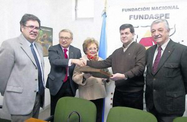 El Príncipe de Asturias felicita a D. Martín Manceñido por el Premio de la Asociación Víctimas del Terrorismo