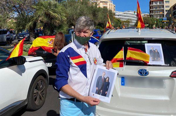 La HNME en Baleares reparte en Palma 150 fotografías de SSMM los Reyes