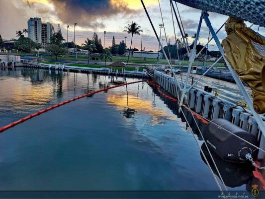 """El """"Juan Sebastián de Elcano"""" visita el puerto de Pearl Harbor."""